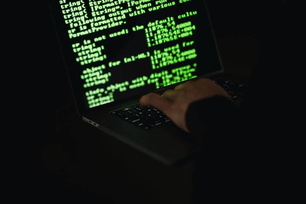 Un hacker en train de rédiger des lignes de codes